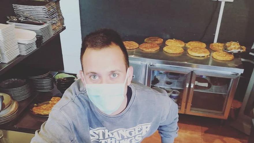 Juan Pedro Sarrión preparando los menús