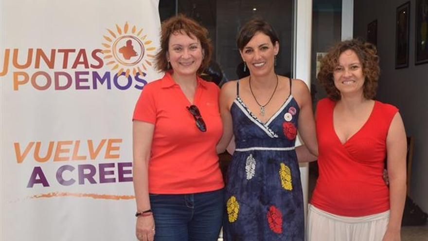 La número 3 de la lista de Podemos que se ha quedado sin escaño en la Asamblea junto con la ex eurodiputada de Podemos Lola Sánchez (dcha a izqda)