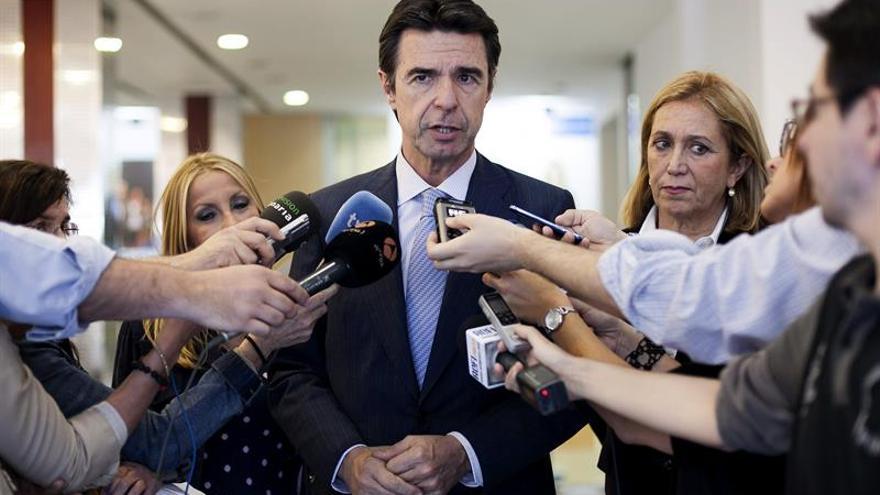 El presidente del Partido en Canarias y Ministro de Industria, José Manuel Soria atiende a los medios antes de presidir  la reunión del Comité Ejecutivo Regional, celebrada en la capital grancanaria. EFE/Ángel Medina G.