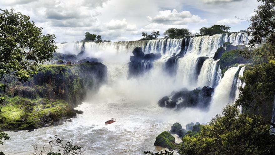 Las Cataratas del Iguazú están formadas por 275 saltos, encontrándose el 80 % de ellos en el lado argentino.