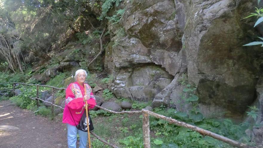 La diputada socialista por La Palma María Victoria Hernández en parque arqueológico de La Zarza.