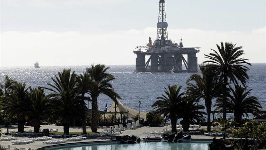 Plataforma petrolífera entrando al puerto de Santa Cruz de Tenerife.