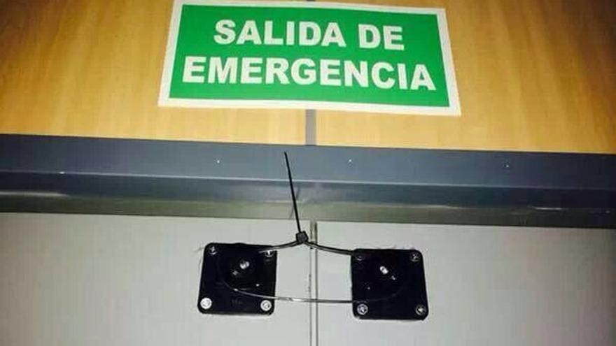 Puertas de emergencia cerradas con bridas en el Ayuntamiento de Alcázar de San Juan