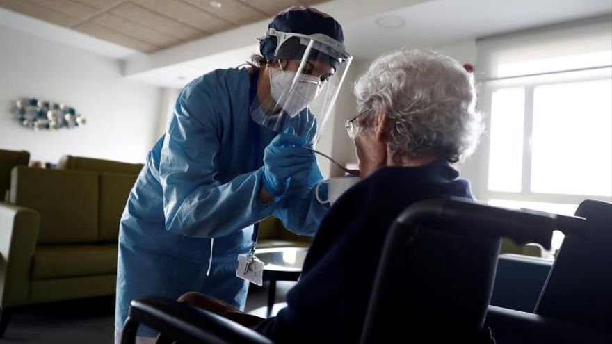 Una cuidadora ayuda a comer a una anciana en una residencia / EFE