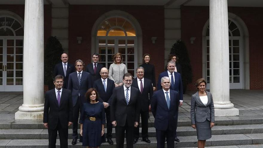 Rajoy preside la foto oficial y la primera reunión de su nuevo Gobierno.