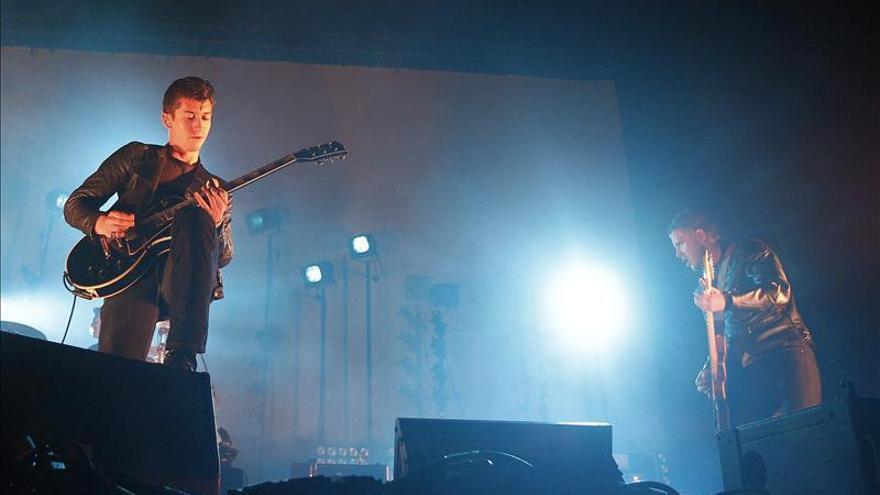 Arctic Monkeys retrasa dos conciertos por laringitis de su vocalista