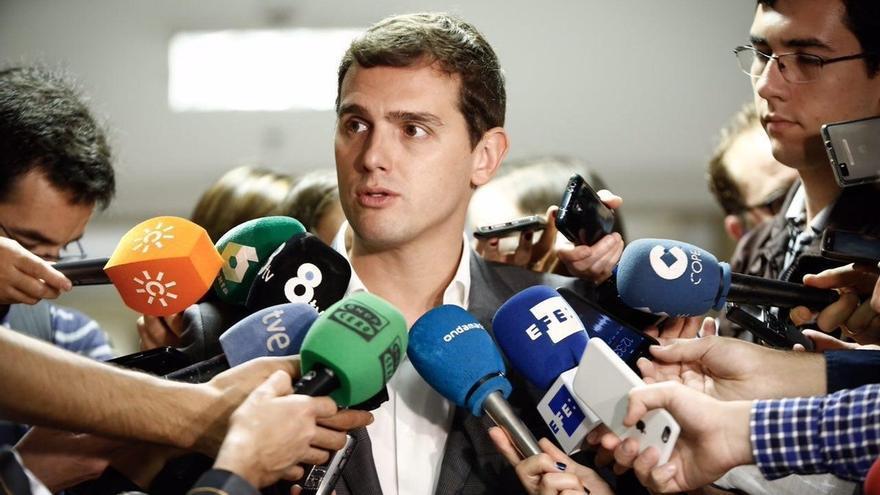 """Rivera dice que será Rajoy quien nombre a sus ministros, pero que la oposición actuará si """"lo hacen mal"""""""