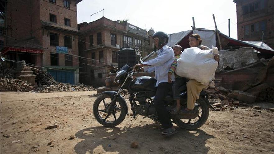 Cientos de personas huyen de Katmandú con nerviosismo tras el último terremoto