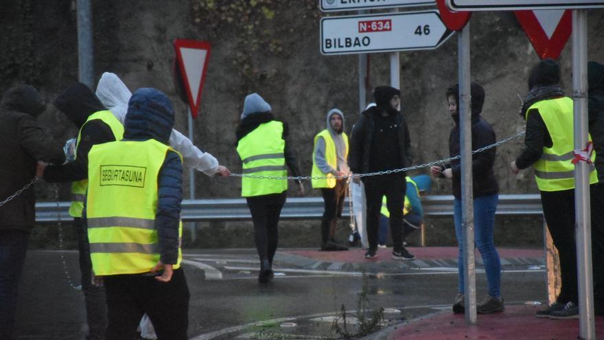 Imagen de los jóvenes que han cortado la carretera con cadenas
