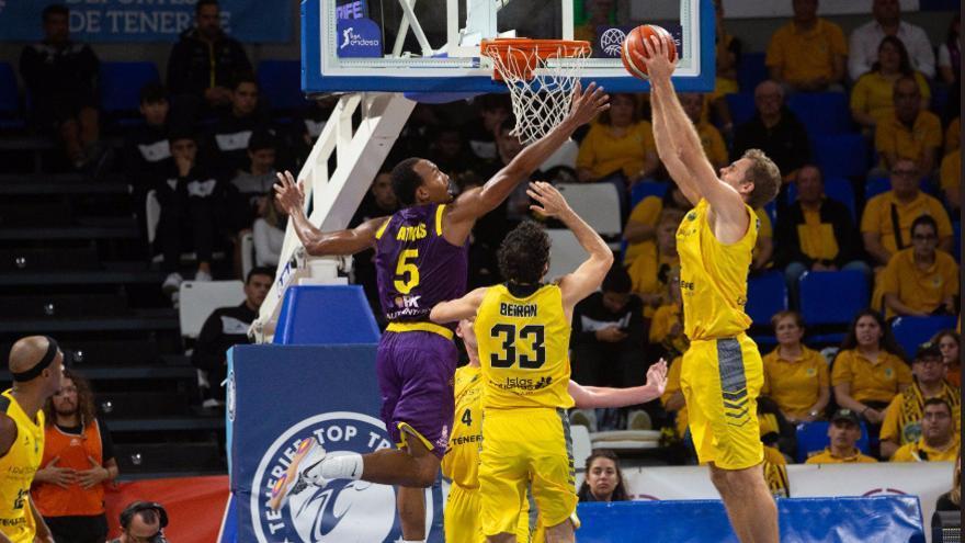 Jugada del partido de la Liga de Campeones FIBA disputado entre el Iberostar Tenerife y el Hapoel Unet Holon. Iberostar Tenerife