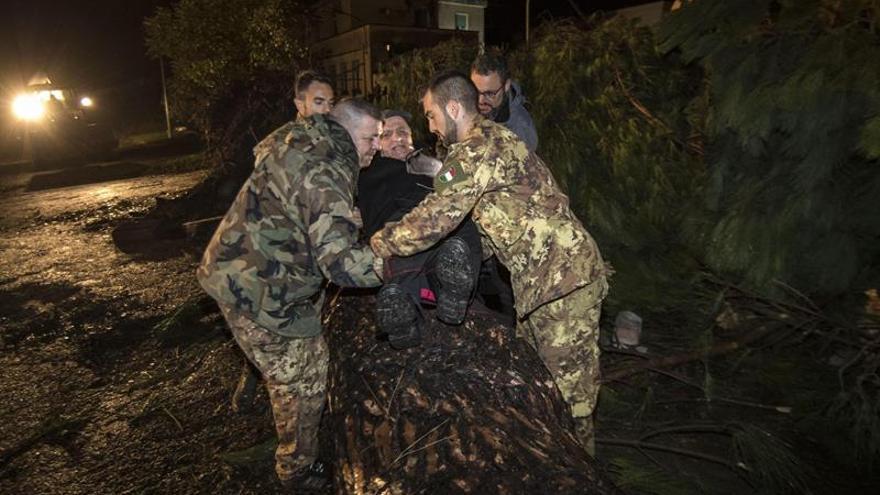 Dos muertos y cuantiosos destrozos por un temporal en el centro de Italia