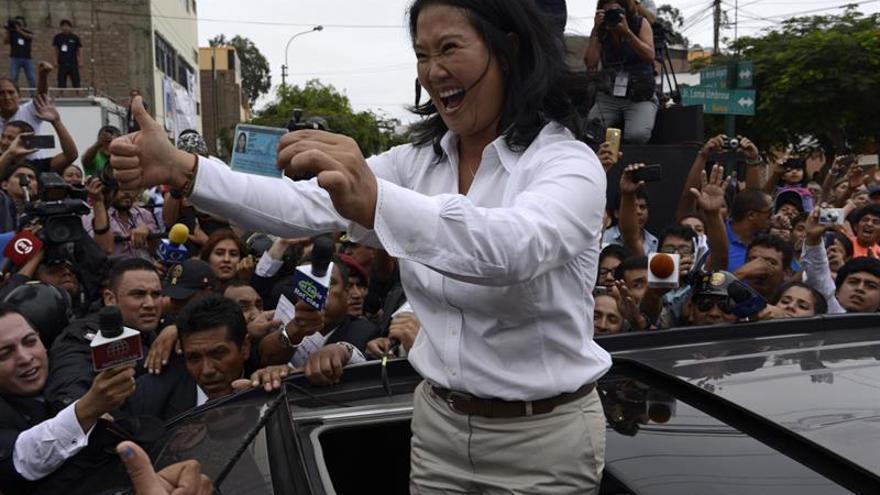 Fujimori obtiene el 51,4 % de los votos en un sondeo y supera a Kuczynski, con el 48,6 %