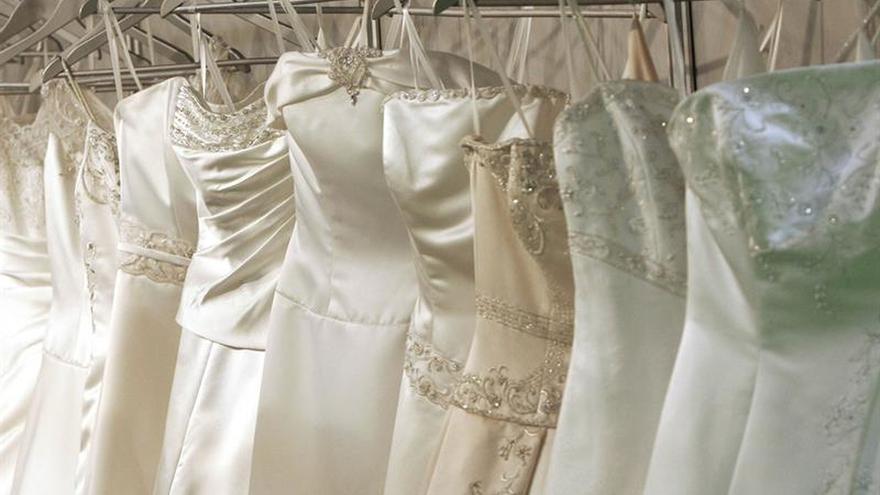 Una quiebra las deja sin traje de novia, pero otras mujeres salen en su ayuda