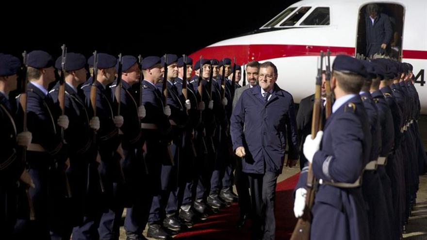 Rajoy recibido por Merkel al llegar a la reunión de líderes europeos con Obama