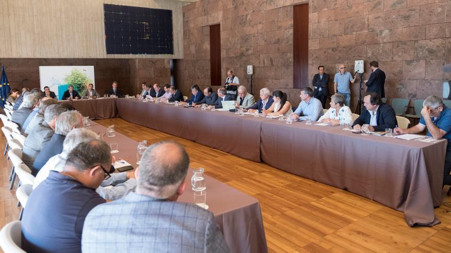 Encuentro del presidente del Gobierno de Canarias y el consejero de Agricultura con los representantes de las principales organizaciones profesionales del sector primario de las Islas.