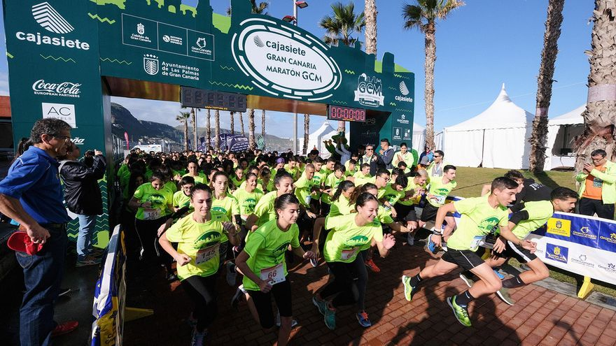 Salida de la prueba 3k para estudiantes organizada por el Cajasiete Gran Canaria Maratón.