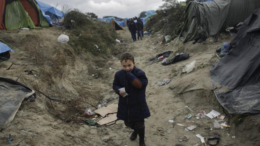 Muchos de los niños no acompañados no encuentran sitio en los nuevos contenedores del campo de refugiados y tienen que dormir en tiendas o cozs.
