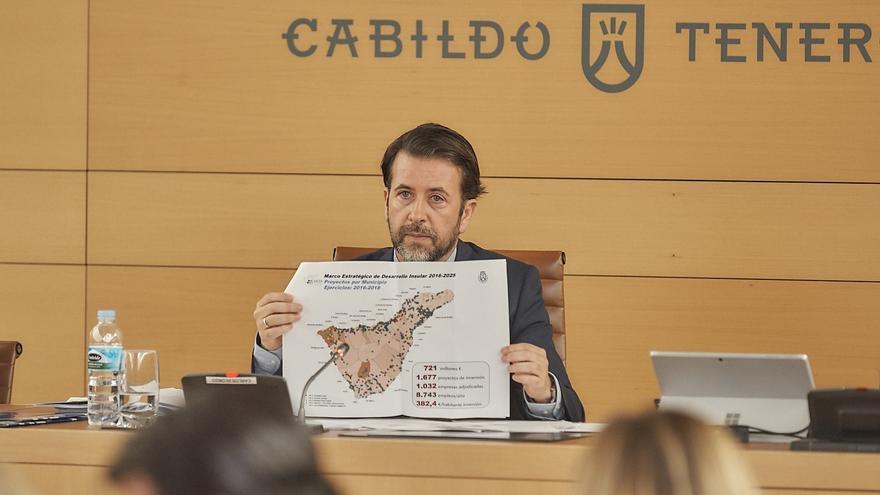 Carlos Alonso enseña un pliego con información gráfica sobre inversiones del Cabildo de Tenerife