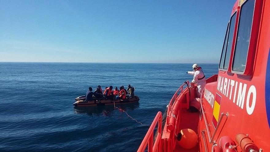 Trasladan a Motril a cuatro hombres rescatados de una patera