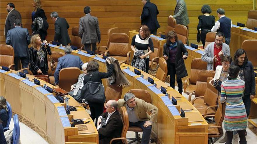 Plante de la oposición gallega ante la supervisión de los invitados al pleno