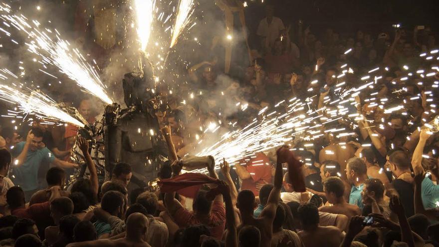 El Diablo de Tijarafe, en la madrugada de este lunes, en la Plaza de Candelaria. Foto: CARLOS ACIEGO