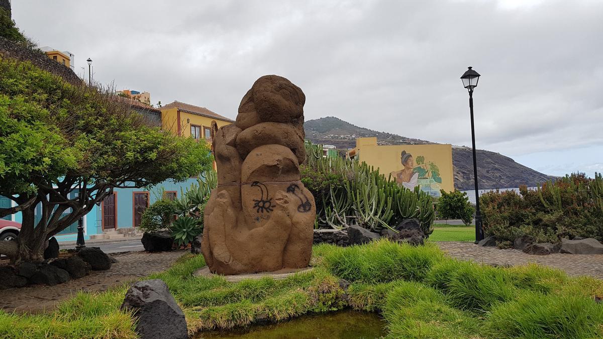 Imagen de las pintadas en la escultura de la plaza de San Fernando.