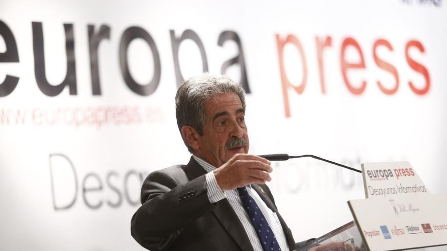 Revilla se compromete a incrementar en 400.000 el tráfico de viajeros del aeropuerto de Santander