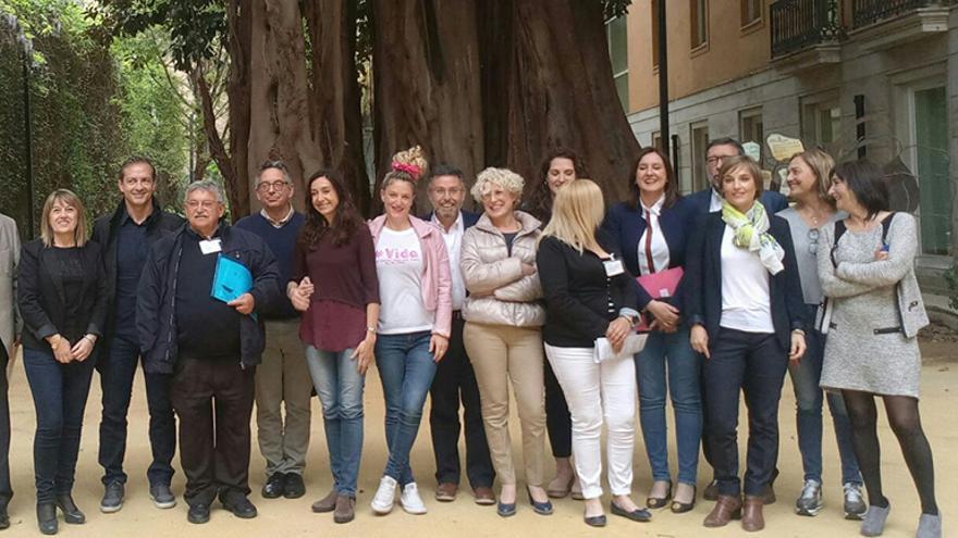 María Ferrer junto con los diputados después de la aprobación de la Proposición No de Ley.