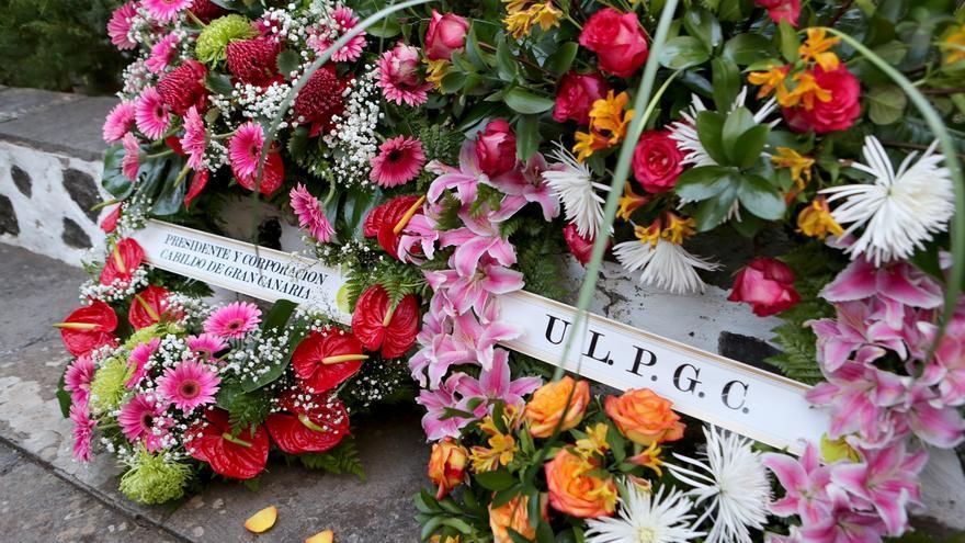 Corona de flores de la ULPGC en recuerdo a Antonio Bethencourt Massieu