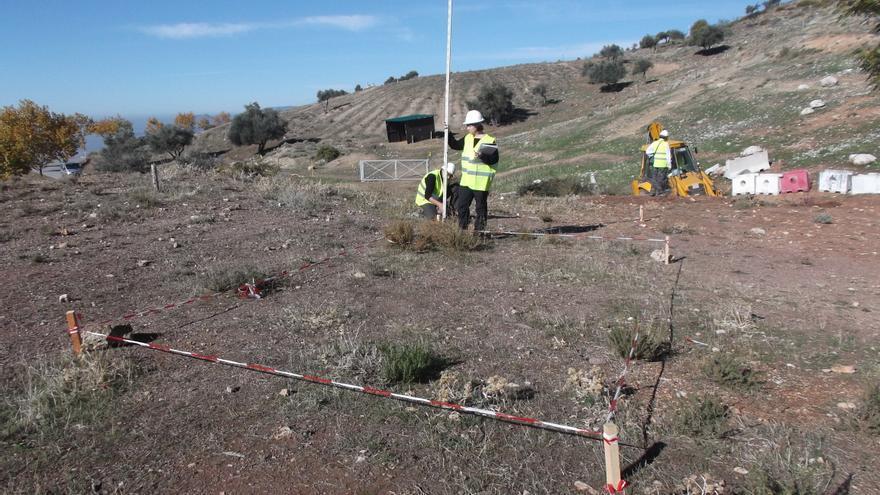Los investigadores trabajan en la posible fosa de Lorca, en el Peñón del Colorado, Alfacar (Granada)
