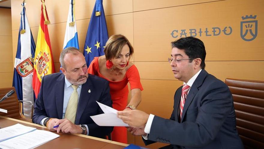 Enrique Arriaga (Cs), Berta Pérez y Pedro Martín, presidente del Cabildo de Tenerife, en el pleno de este miércoles