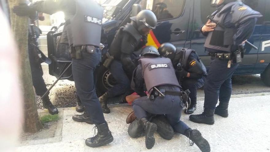 Antidisturbios detienen a uno de los manifestantes ante el Parlamento gallego