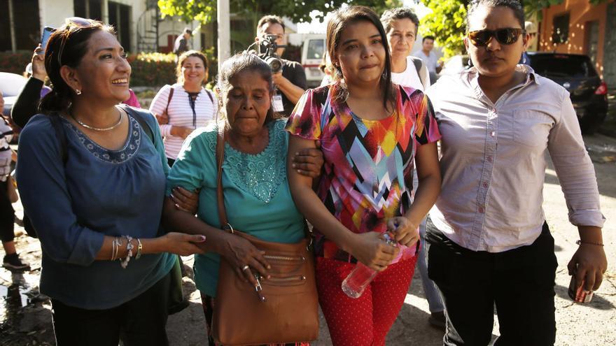 La joven salvadoreña Imelda Cortez (segunda por la derecha) saliendo del tribunal tras ser absuelta por el juez.