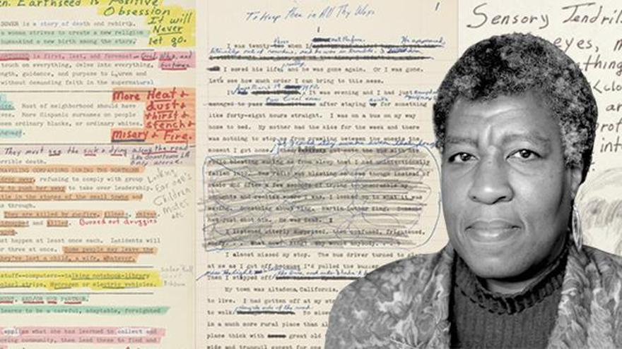 La escritora Octavia E. Butler y algunas de sus páginas originales.