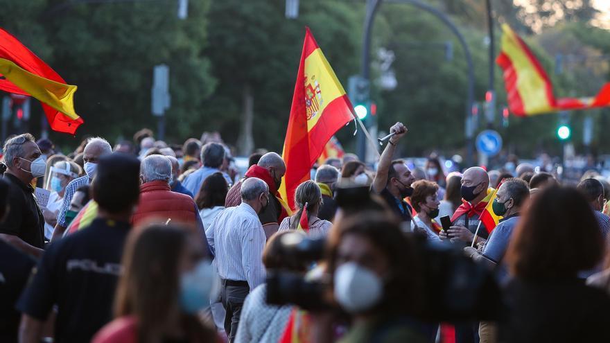 Aglomeración de personas con banderas de España en una concentración en Valencia, el 20 de mayo de 2020.