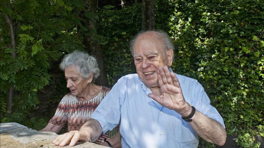 El expresidente catalán Jordi Pujol durante un paseo con su esposa, Marta Ferrusola. \ EFE