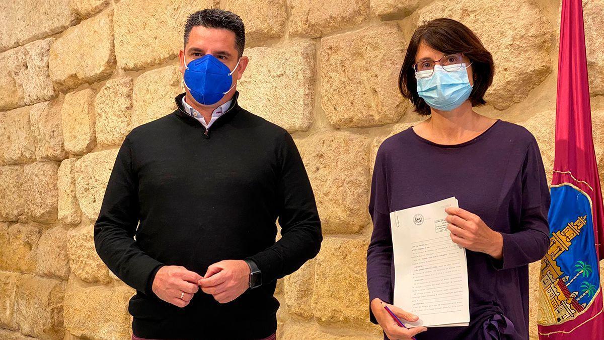 Los concejales de IU Pedro García y Amparo Pernichi, en el Ayuntamiento.