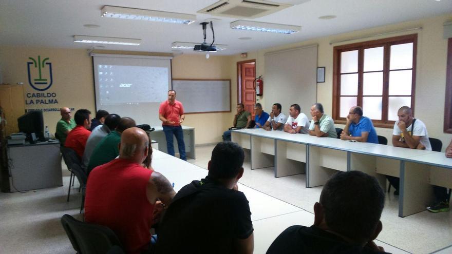 El consejero insular de Hacienda y Recursos Humanos, Luis Camacho, se dirige a los participantes de uno de los cursos.