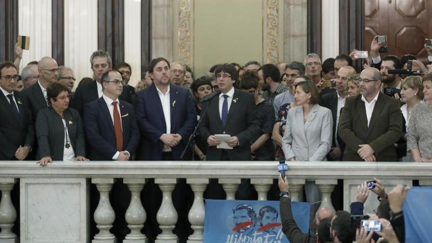 Puigdemont y otros parlamentarios catalanes tras la declaración de independencia