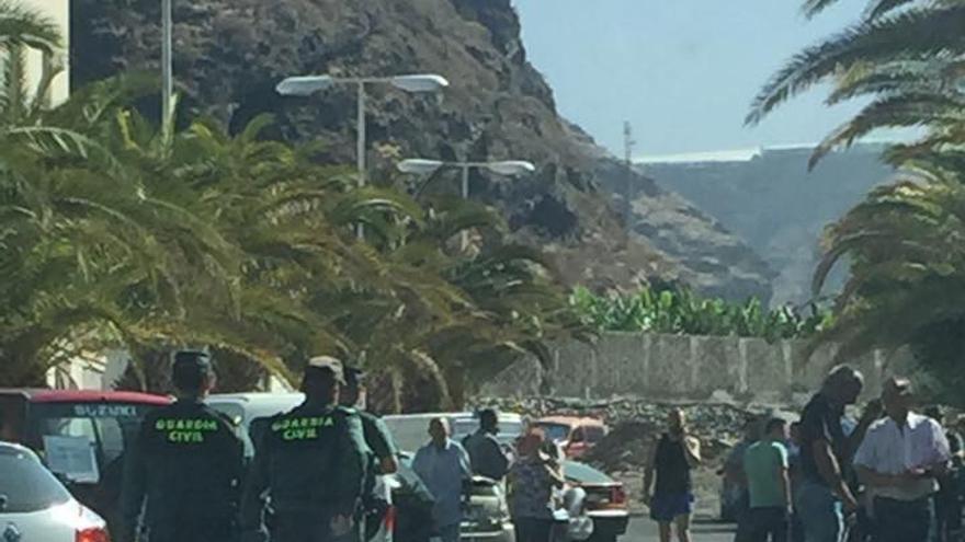 En la imagen, agentes de la Guardia Civil en las calles de Tazacorte. Foto tomada del Facebook de Carmen Acosta.