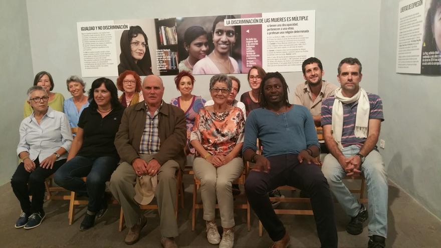 Los activistas de Amnistía Internacional en La Palma en el acto inaugural de la muestra. Foto: LUZ RODRÍGUEZ