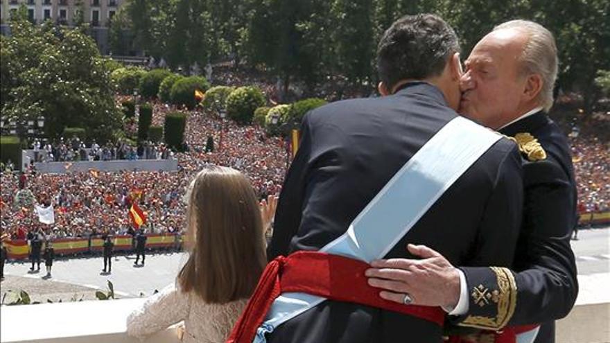 Los reyes, Felipe VI y Letizia, junto a sus hijas, Leonor, princesa de Asturias, y la infanta Sofía, y don Juan Carlos y doña Sofía, saludan desde el balcón central del Palacio de Oriente a los ciudadanos que se han congregado para rendirles homenaje, tras el acto de proclamación celebrado en el Congreso de los Diputados.
