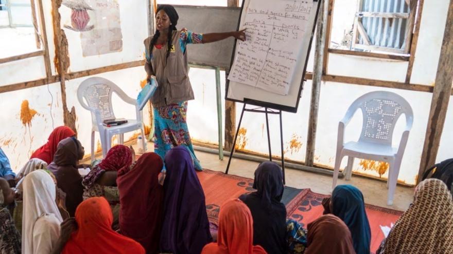 Imagen de una trabajadora del IRC explicando medidas de seguridad a otras mujeres.