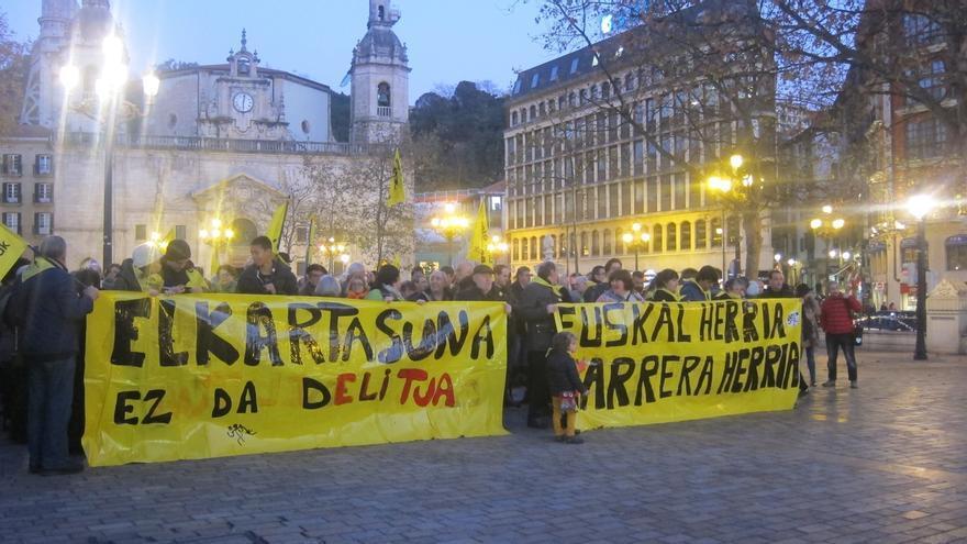 Cientos de personas denuncian que se mantengan las acusaciones contra los activistas Mikel Zuloaga y Begoña Huarte