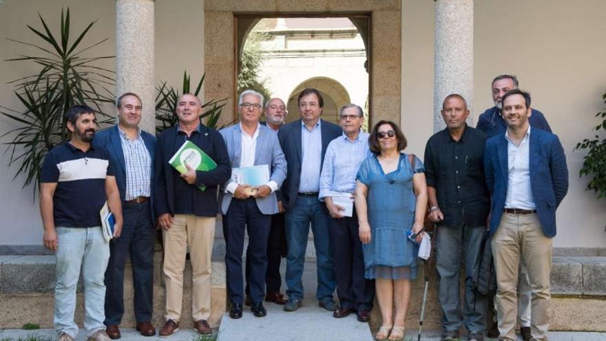 El presidente de la Junta de Extremadura, Guillermo Fernández Vara, recibió al presidente del Comité de Entidades de Representantes de Personas con Discapacidad de Extremadura (CERMI Extremadura), Modesto Agustín Díez Solís, y a otros delegados de este colectivo