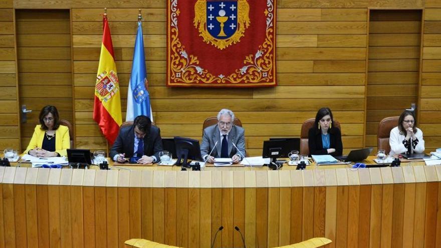 El presidente del Parlamento gallego, Miguel Santalices (centro), dirige un pleno