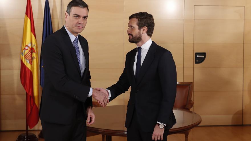 Pedro Sánchez y Pablo Casado se saludan en la reunión que mantuvieron en el Congreso el 16 de diciembre.