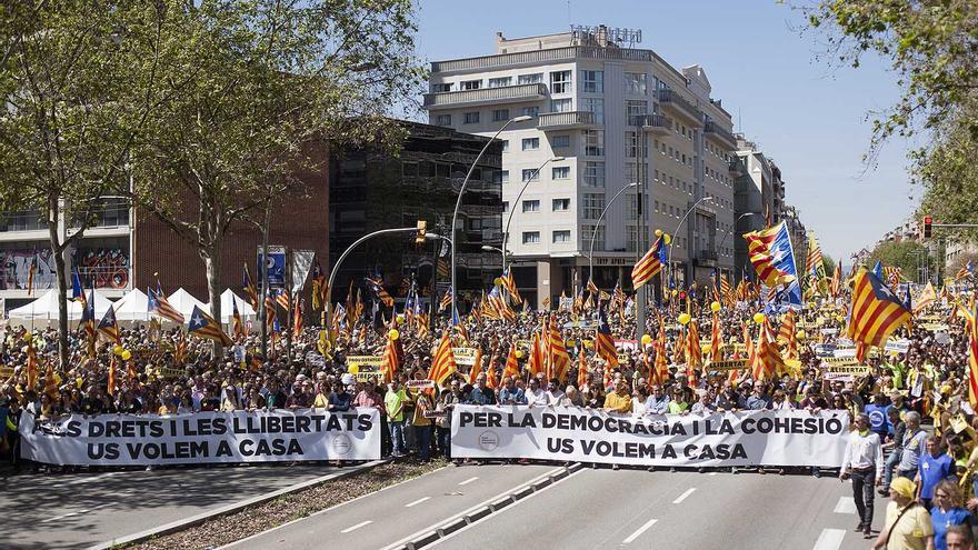 """Pancartas con el lema """"os queremos en casa"""""""