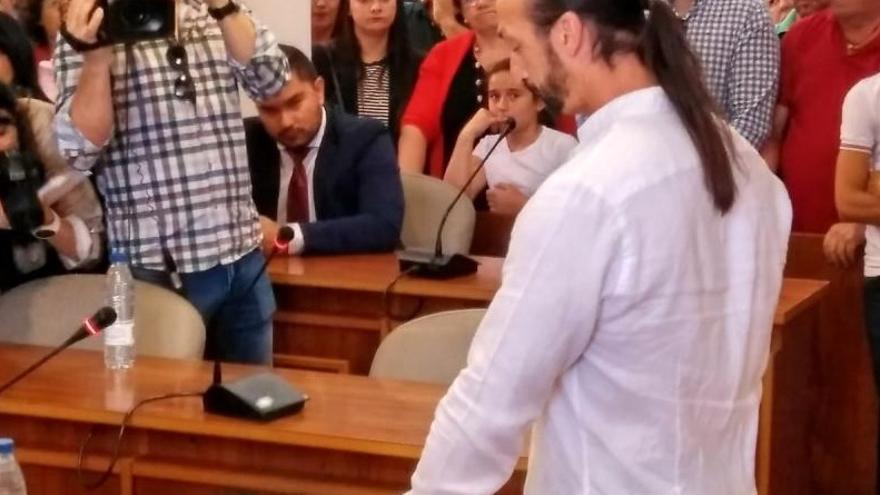 Juan Carlos Santana (Podemos), tomando posesión como nuevo alcalde de Jerez de los Caballeros