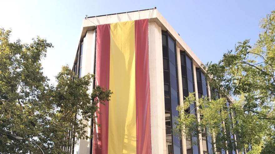 El PP despliega una bandera de España en su sede con motivo de la Fiesta Nacional del 12 de octubre
